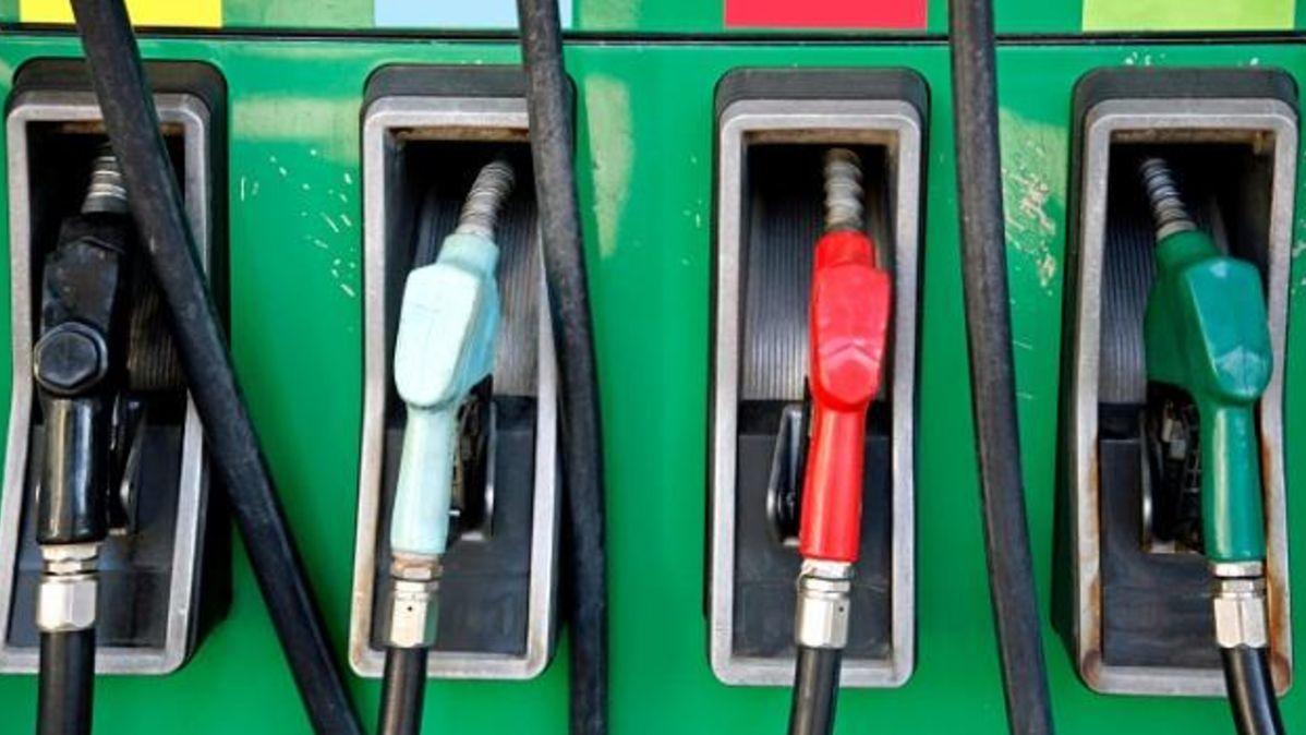 Benzin a nafta jsou nejlevnější od Velké recese. Litr tankujeme kolem 26korun