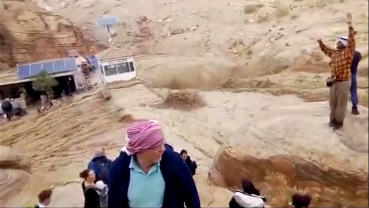 Záplavy vJordánsku. Záchranáři evakuovali 3700turistů. Mohli mezi nimi být iČeši