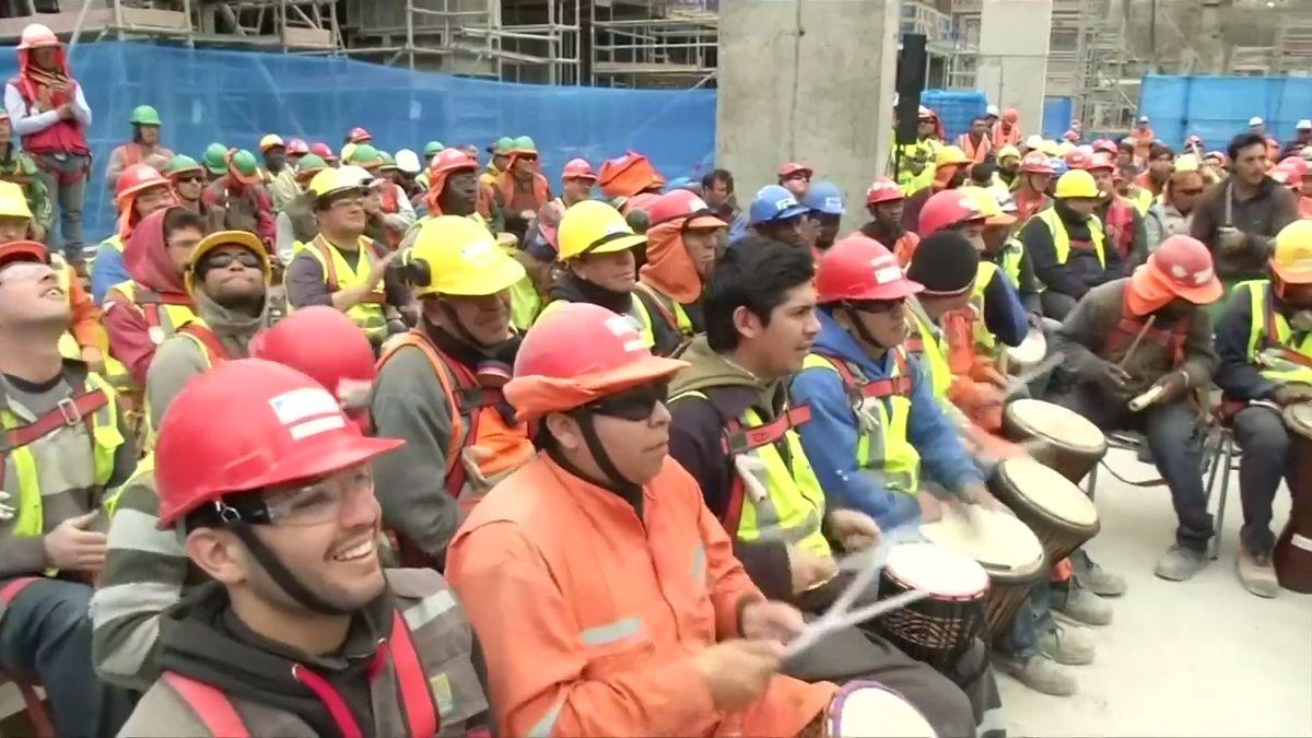 Místo kladiv dostali bubny. Chilští dělníci se zúčastnili netradiční terapie