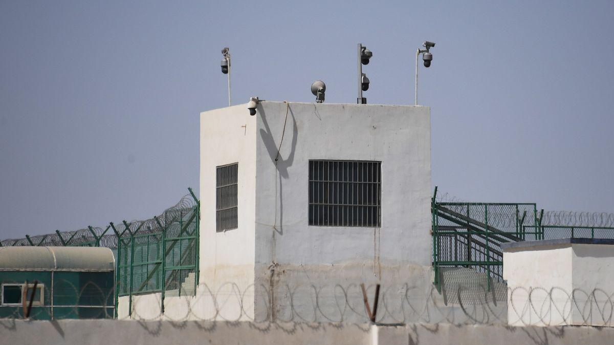 Británie vyzývá Čínu ke zpřístupnění detenčních táborů pozorovatelům OSN