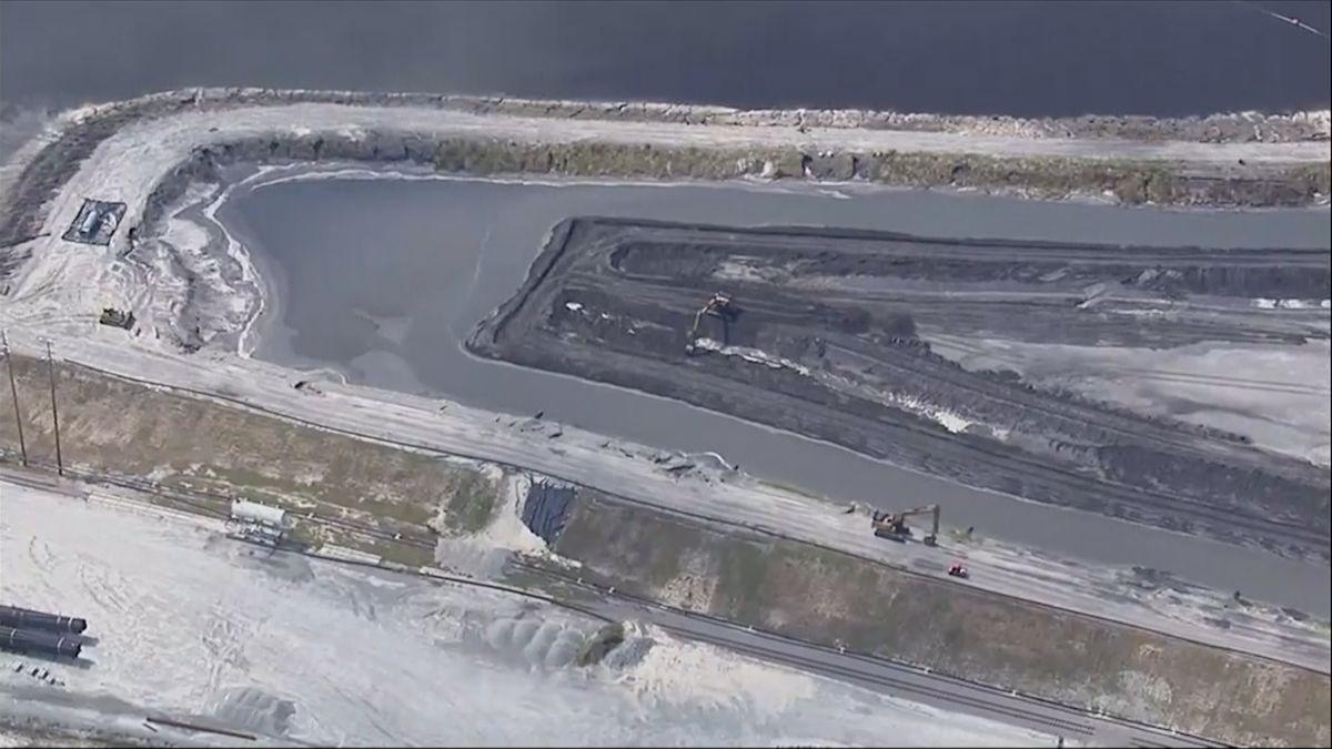 Část elektrárny vSeverní Karolíně zaplavila voda a uhelný popel unikl do rozvodněného jezera