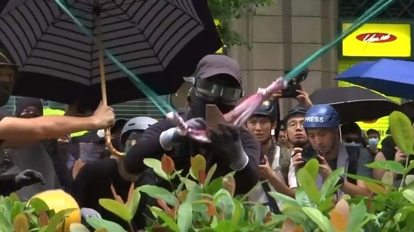 VHongkongu pokračují protesty. Demonstranti házeli kameny na budovu policie