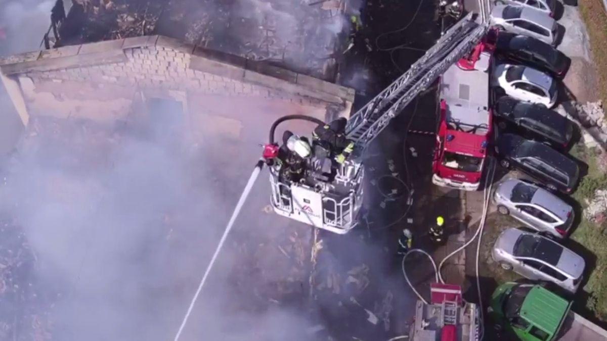 Při požáru ubytovny v Plzni zemřel člověk, policisté našli torzo těla
