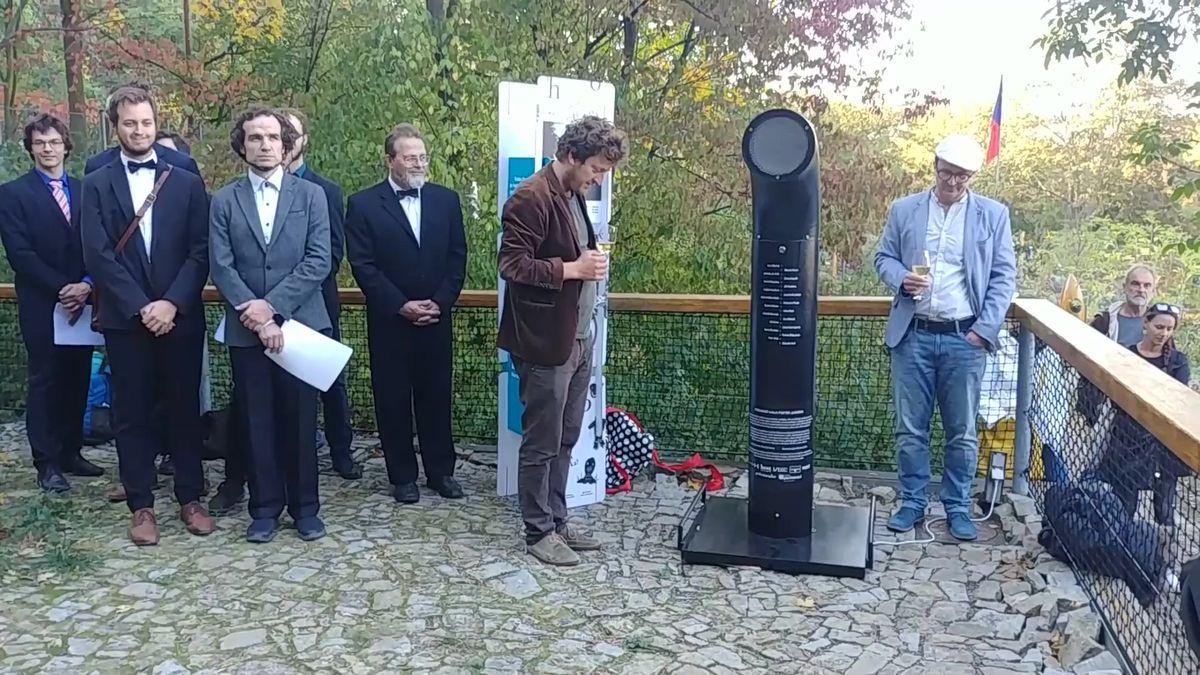 Mluvící trubka na Brňany promlouvá hlasem básnických legend. Poeziomat odrecituje Friče iKunderu