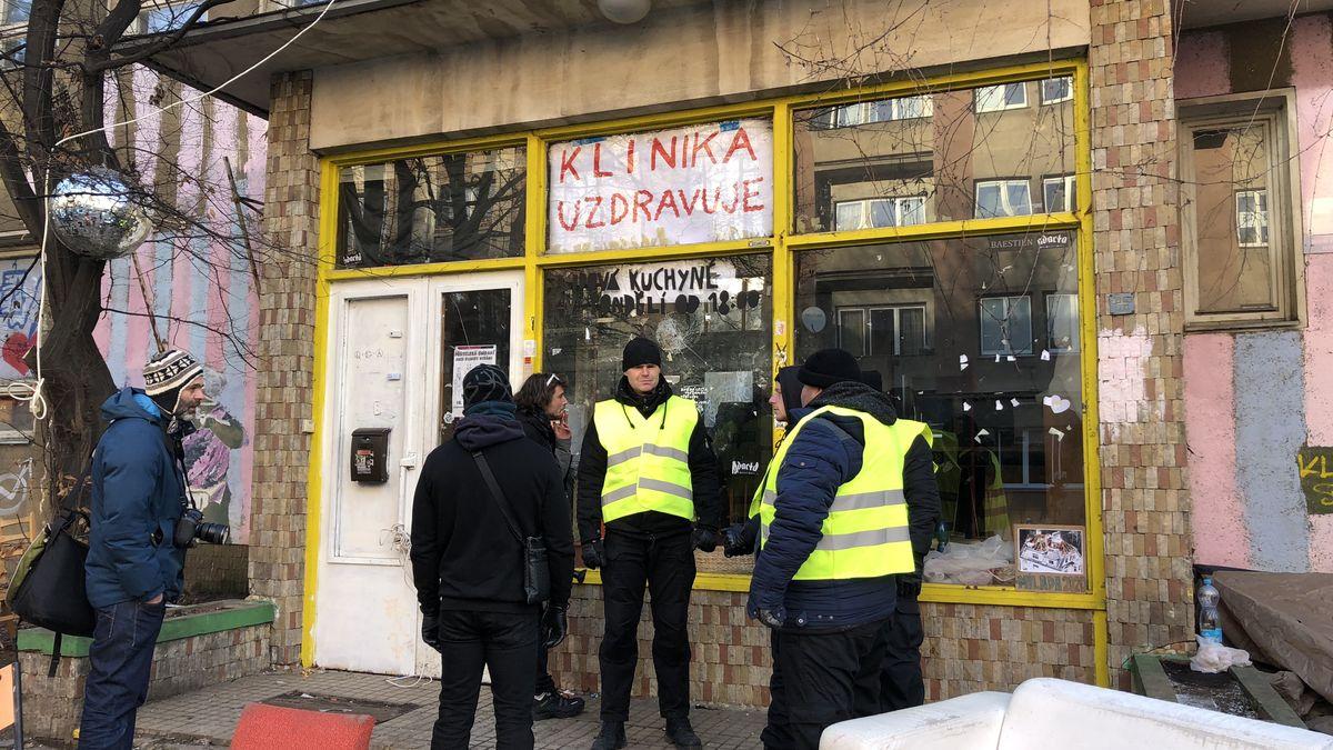 Za vyklizení žižkovské Kliniky vymáhá exekutor od squatterů 1,6milionu korun