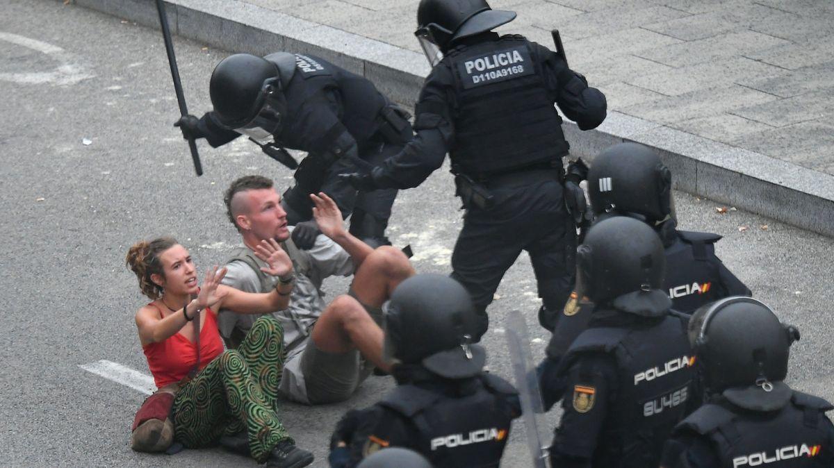 Při střetech demonstrantů spolicií vKatalánsku jeden muž zřejmě přišel ooko. Zraněných je přes 130