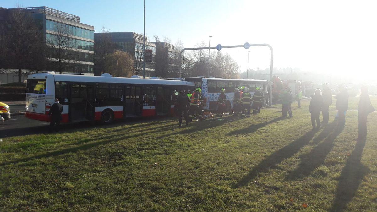 Linkový autobus sdětmi najel vPraze plnou rychlostí do stojícího busu