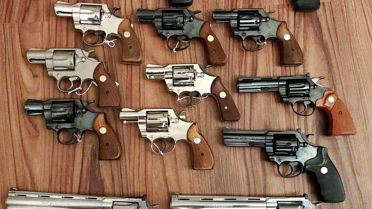 Zbraně tvářící se jako pouhá pouzdra, obchodníci na Facebooku obcházejí zákon