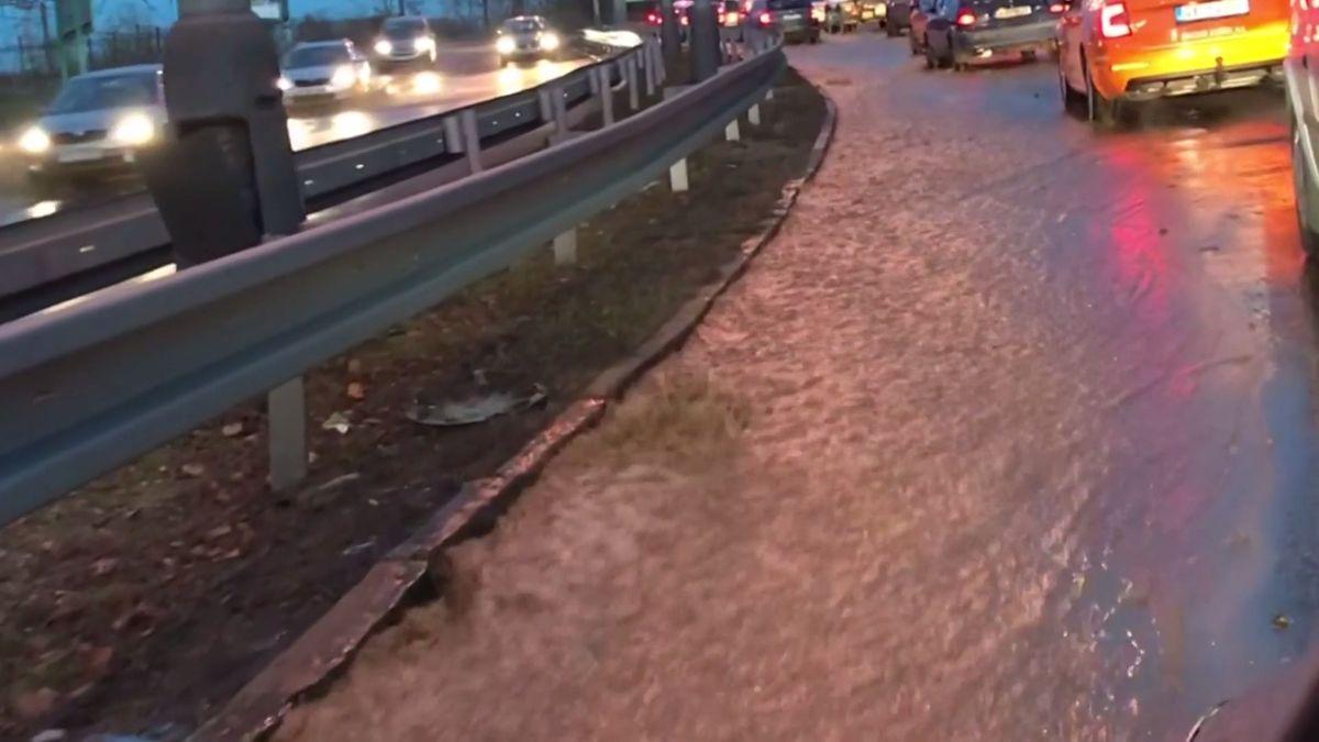 V Praze se valila voda po silnici, došlo khavárii potrubí
