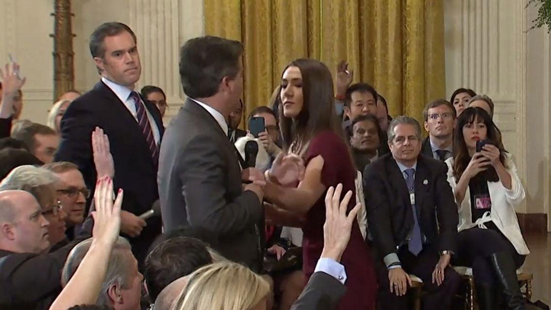 Bílý dům sdílel zavádějící video potyčky novináře se zaměstnankyní Bílého domu