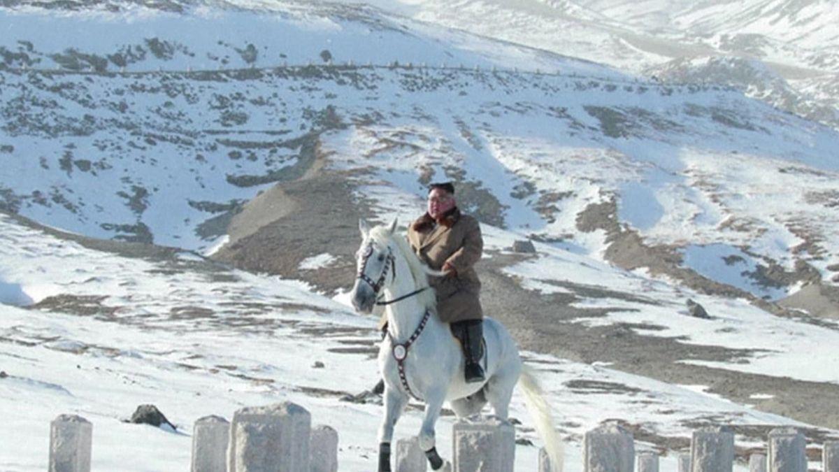Kim Čong-un na běloušovi zdolal posvátnou horu. Propagandistická gesta, hodnotí analytici