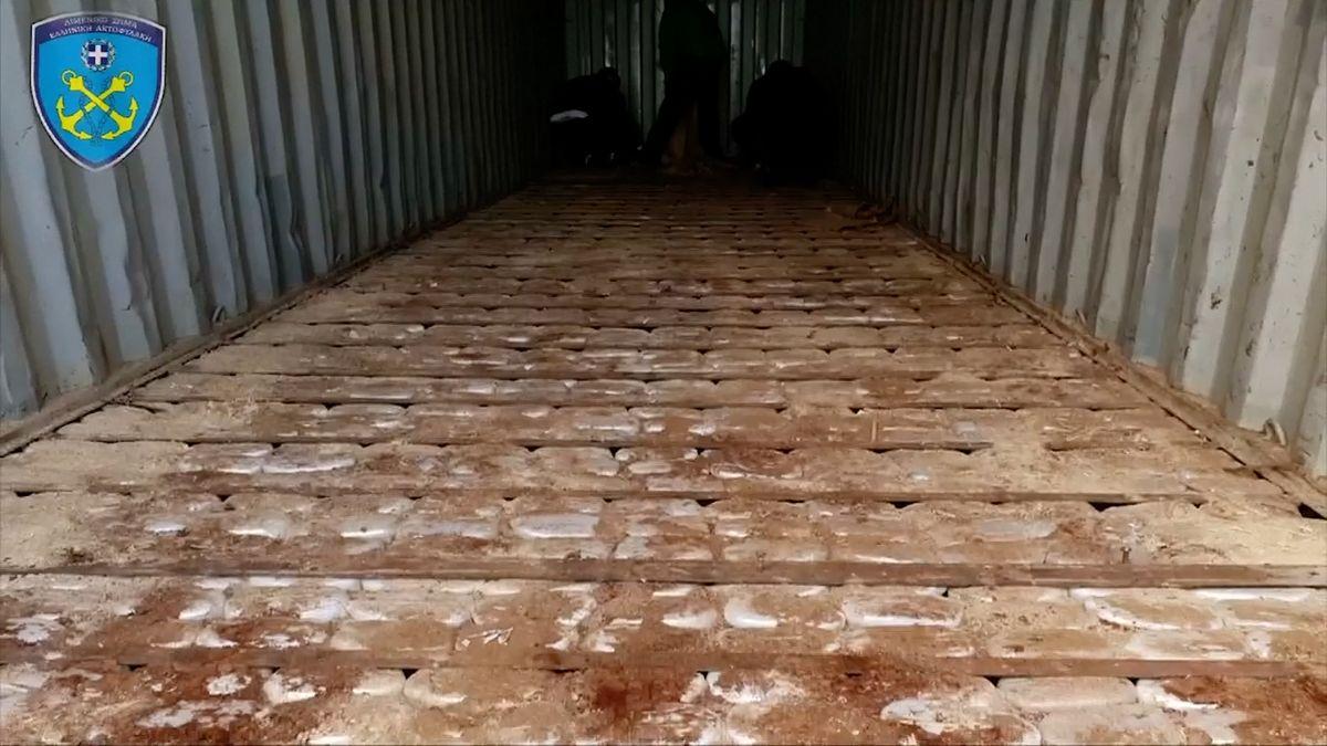 """Tuny marihuany a """"drogy džihádistů"""" objevila řecká policie na syrské lodi"""