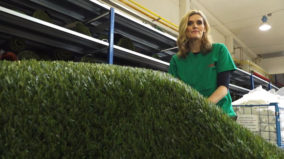 Jak se vyrábí trávník pro německou Bundesligu? Zkusili jsme si to vkrálovédvorské Jutě