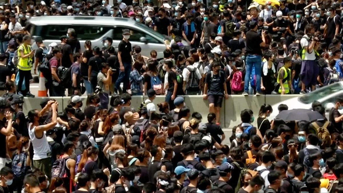 VHongkongu pokračují protesty. Aktivisté tentokrát obsadili policejní velitelství