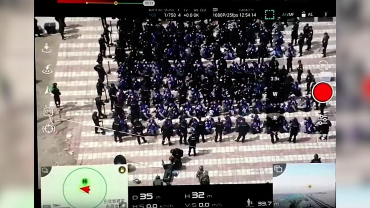 """Oholené hlavy, zavázané oči, svázané ruce. Video ukazuje, jak Čína posílá Ujgury na """"převýchovu"""""""