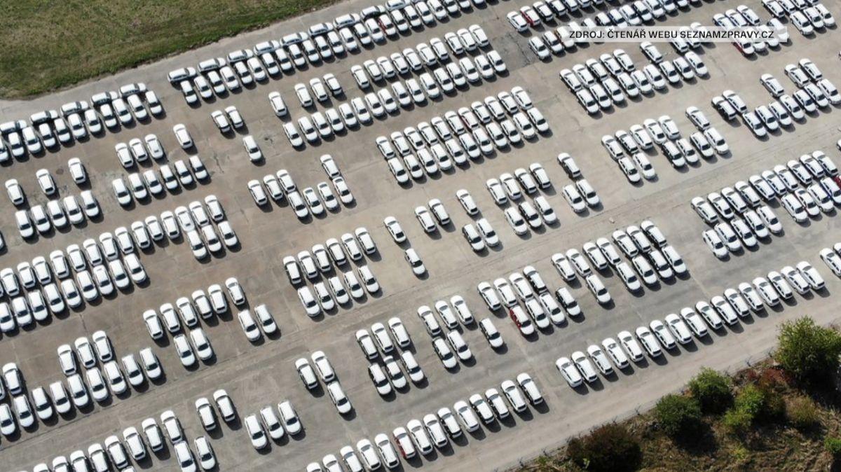 Bruselská emisní pravidla zmrazila prodej aut. Nové vozy se hromadí na skládkách