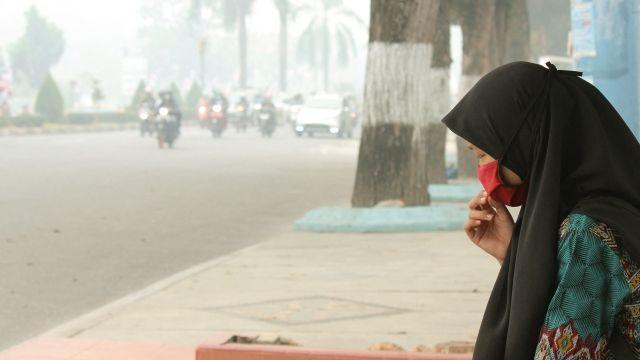 Hustá mlha nad Indonésií: Kouř zlesních požárů dusí iokolní státy, mizí statisíce hektarů lesů