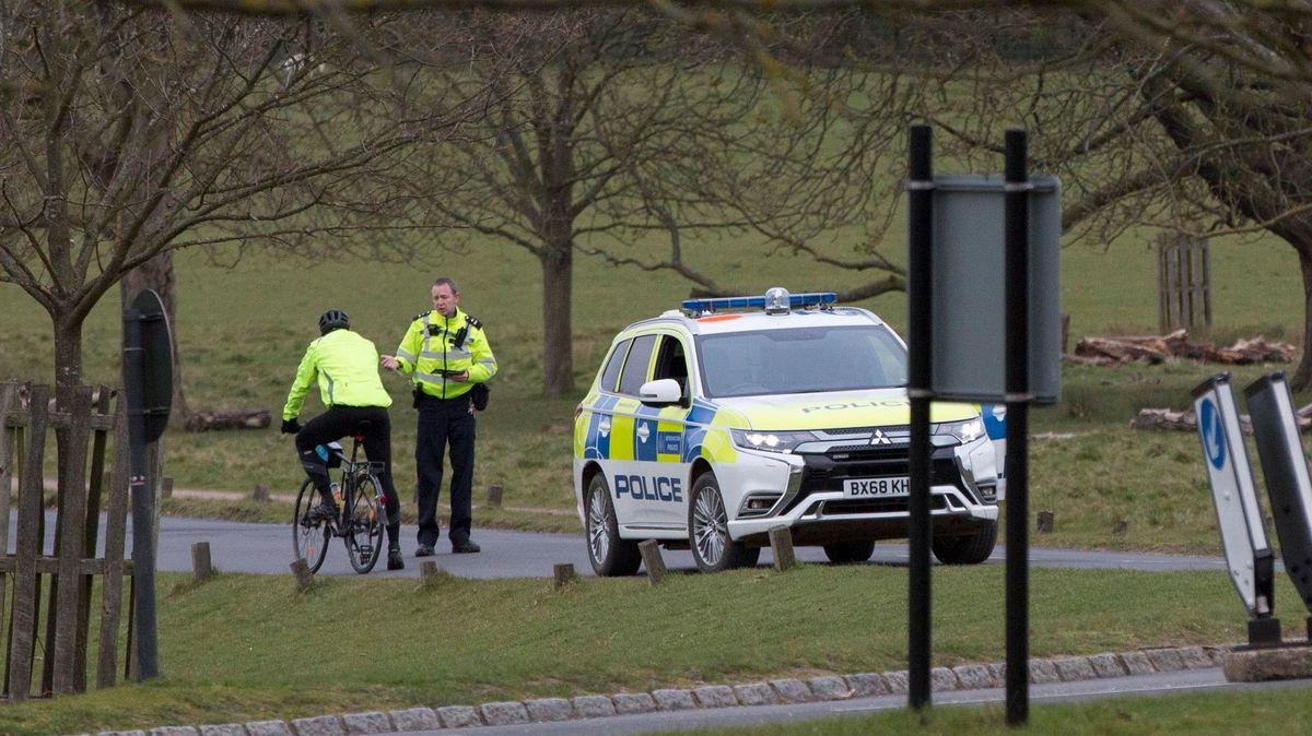 Policejní stát? Britská policie vymáhání opatření podle kritiků přehání