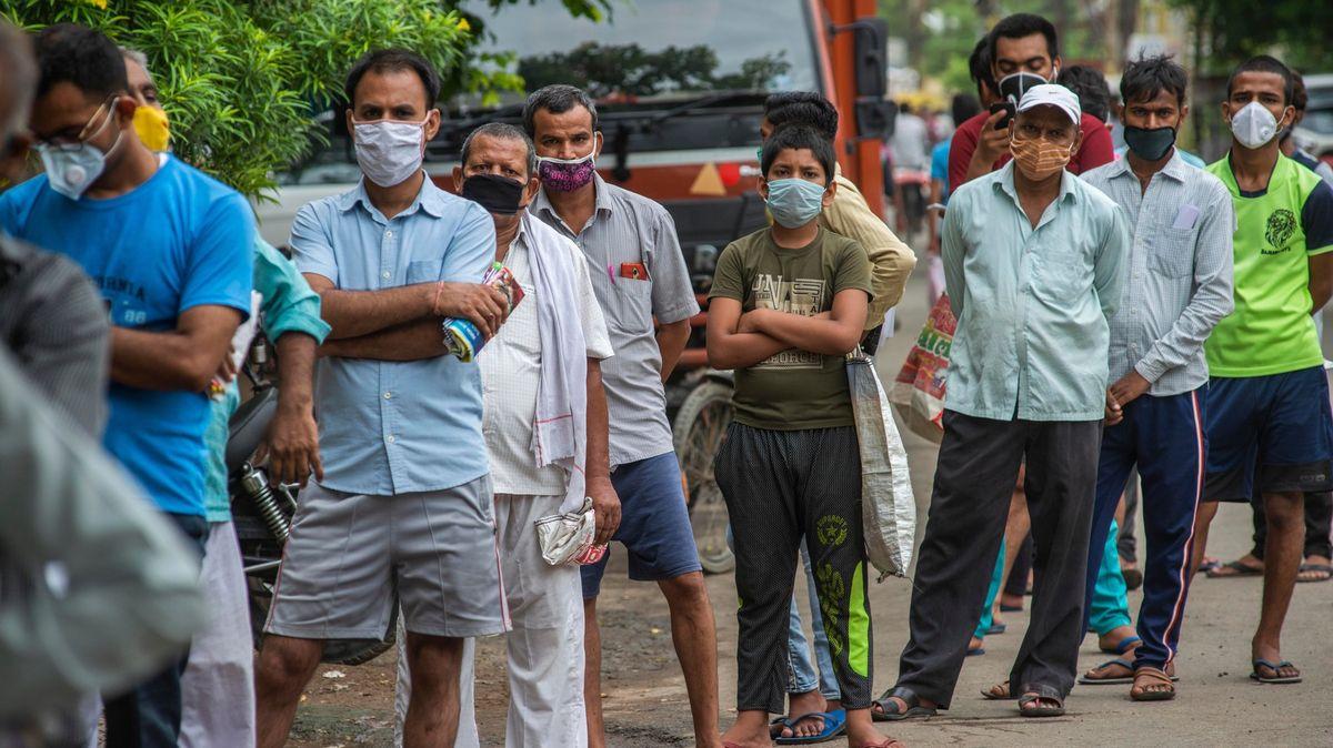 Více než 14tisíc nakažených za den. Státy evakuují své občany zIndie