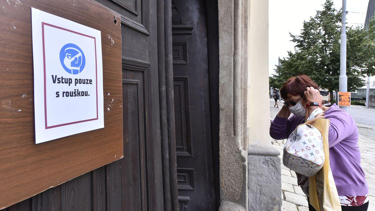 Česko má nové ohnisko koronaviru. Na Jihlavsku se vracejí roušky
