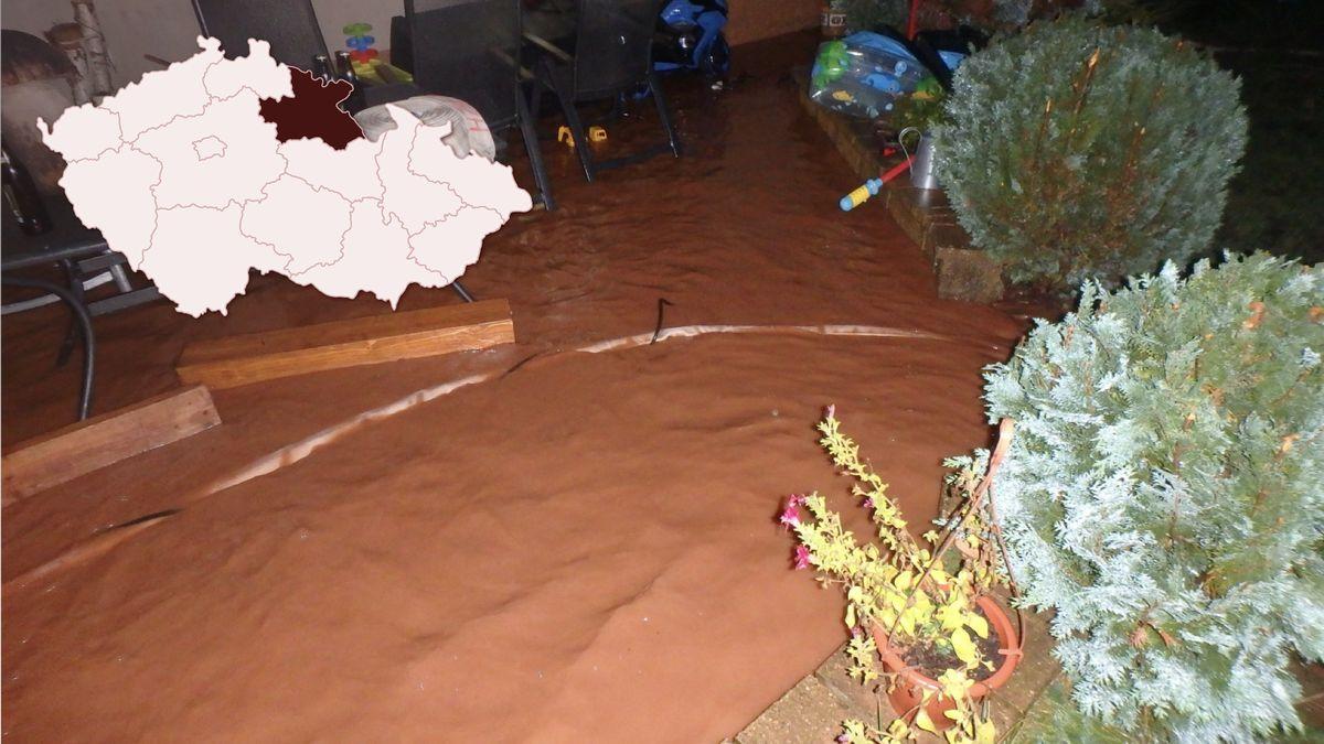 Bouře vnoci na dnešek vyplavila domy, teď hasiči uklízejí popadané stromy