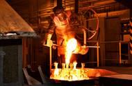Zbrojovka je továrnou tisíce řemesel. Má i vlastní slévárnu.