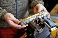 Limitovaná série sportovní pistole CZ Shadow 2. Klenot v rukou autora, rytce Reného Ondry.