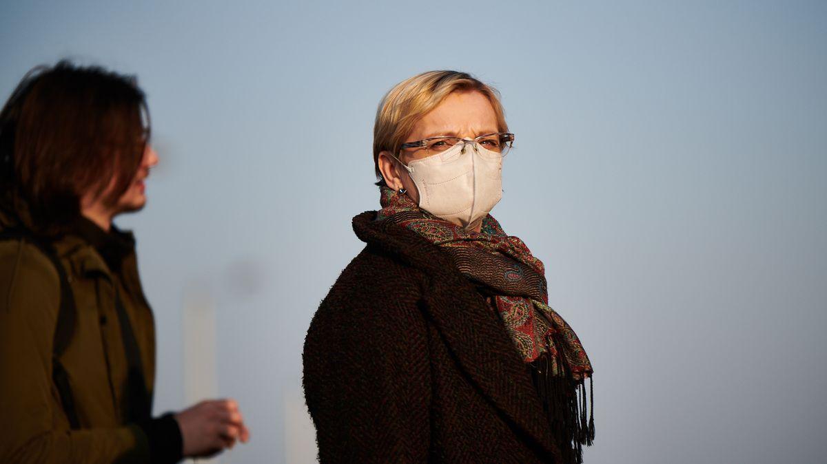 Pravidla pro roušky a respirátory zpřísňují: Nově povinně ina ulici a vpráci