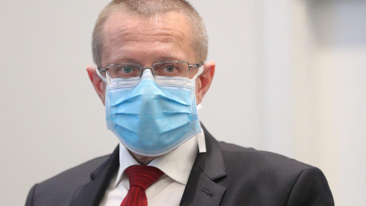 První dávka chrání po 21dnech, pak už se covidem nakazí málokdo, řekl Dušek