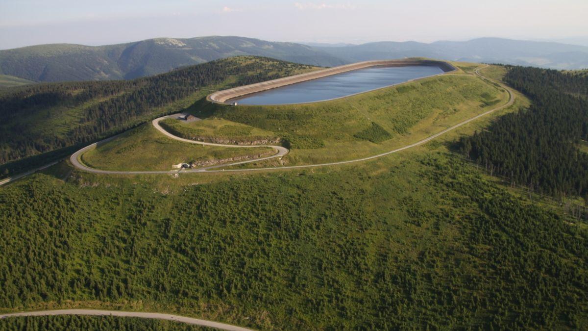 Nepovolenému vjezdu kpřečerpávací elektrárně Dlouhé stráně zabrání závory