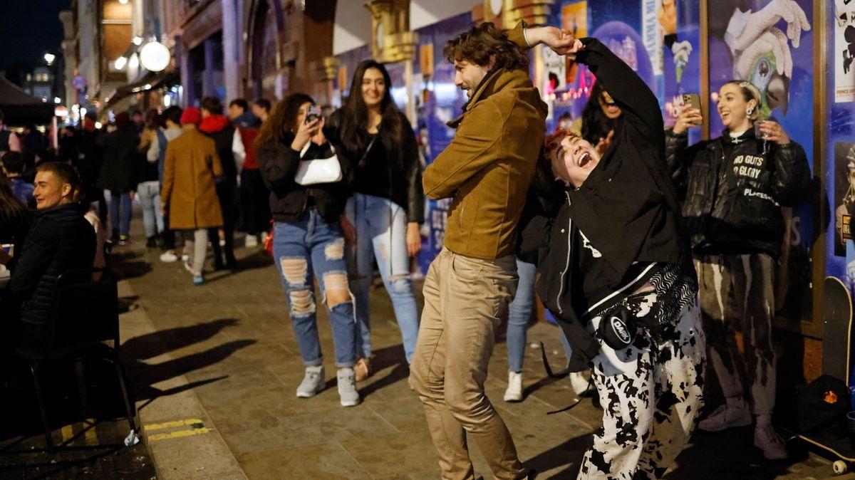 Fotky zLondýna: To byla pařba! Lidé vzali hospody útokem