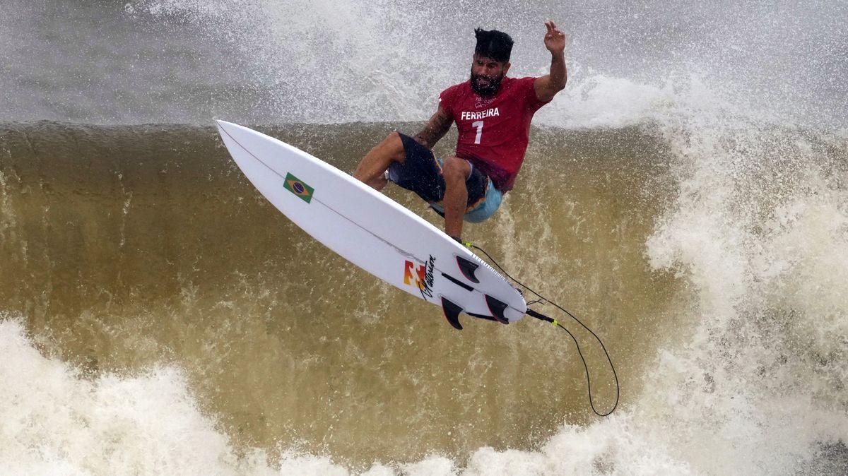 Surfing na olympiádě: Tajfun a zlomené prkno buldoka Ferreiry
