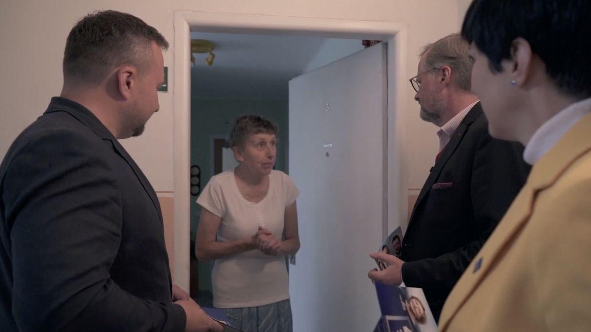 Otevřete dveře a za nimi Petr Fiala. Spolu se vydá za voliči až domů