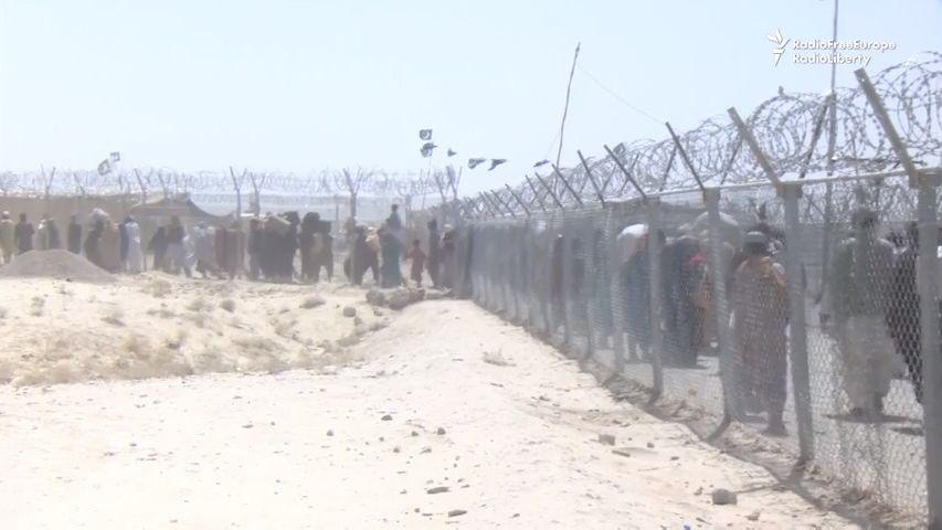Video: Přes jediný otevřený přechod prchá až 20tisíc Afghánců denně