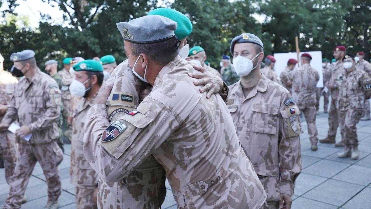 Čeští vojáci se do Afghánistánu asi nevrátí. Na Tálibán musí tlačit NATO