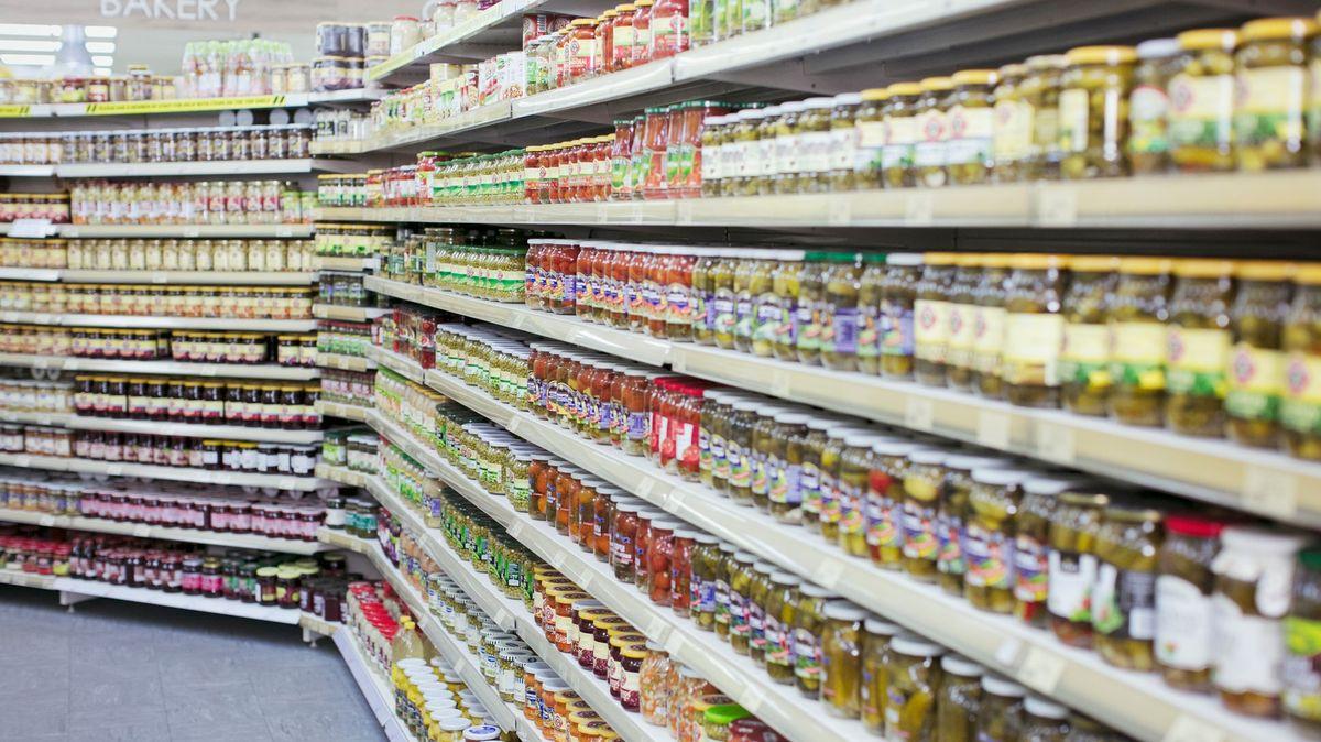 Poslanci chtějí zdražit jídlo a zmenšit výběr, říkají zemědělci iřetězce