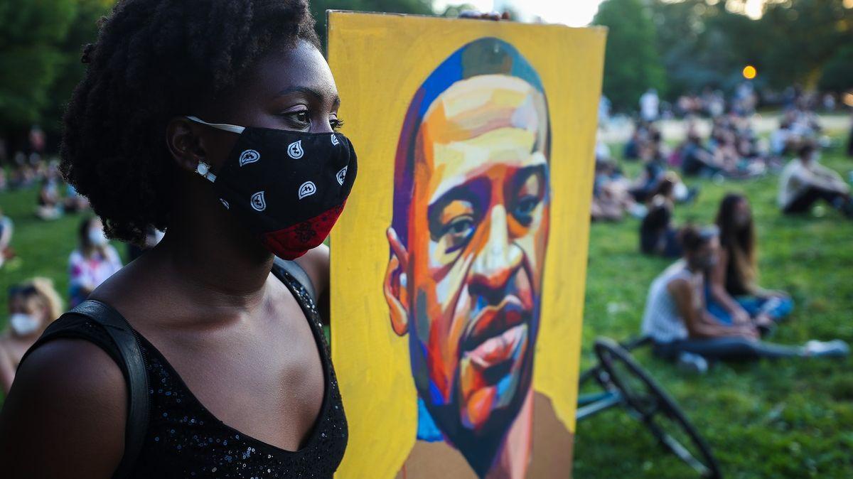 Rodina pochovala George Floyda, protesty ale nadále pokračují