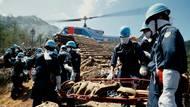 Záchranáři odnášejí z místa neštěstí ostatky obětí. Japonsko, 13. srpna 1985.