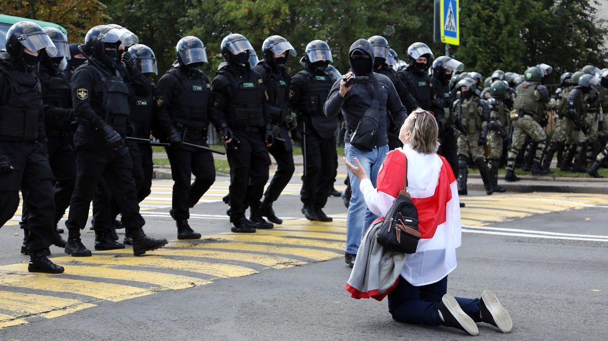 Brutální zásah proti demonstrantům vBělorusku, hlášeny stovky zatčených