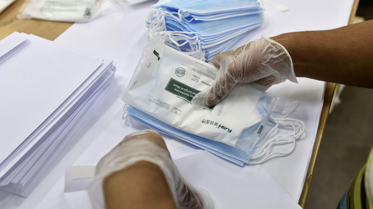 Lidé, kteří na poště obálkují roušky, nejsou plošně testováni