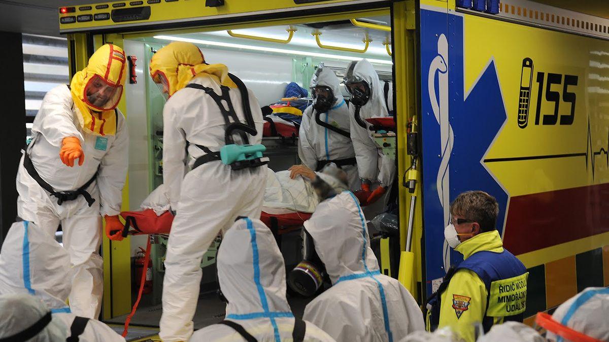 Fotky: VBenešově byli na hraně, pacienty scovidem převezli do Prahy
