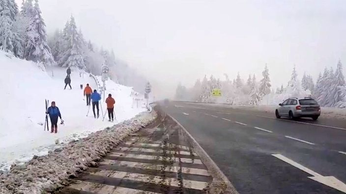 Záběry zčeských silnic: Sněžení a silný vítr trápí řidiče