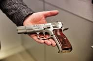 CZ 75 je legenda. Pistole od legendárního konstruktéra Františka Kouckého z roku 1975 byla v mnoha ohledech přelomová. Má dokonalou ergonomii i přesnost.