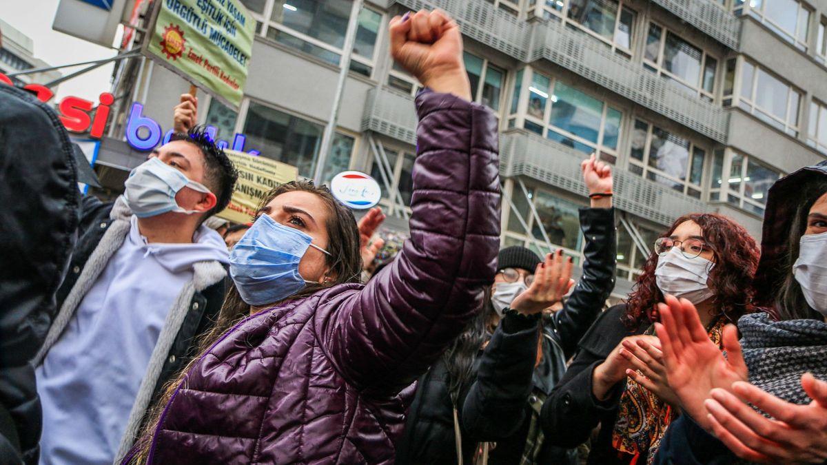 """Turecko odstoupilo od Istanbulské úmluvy oochraně žen. """"Žalostné,"""" zní ze světa"""