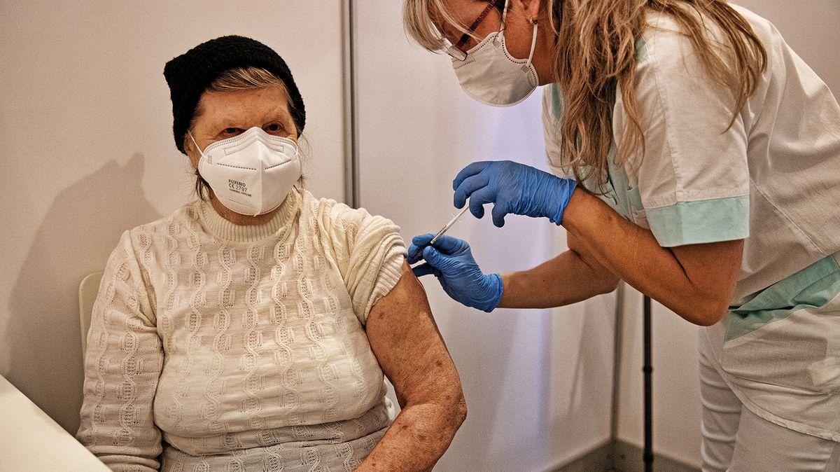 Lidé starší 65let si na vakcínu ještě počkají. Jak se vyvíjí očkovací strategie?