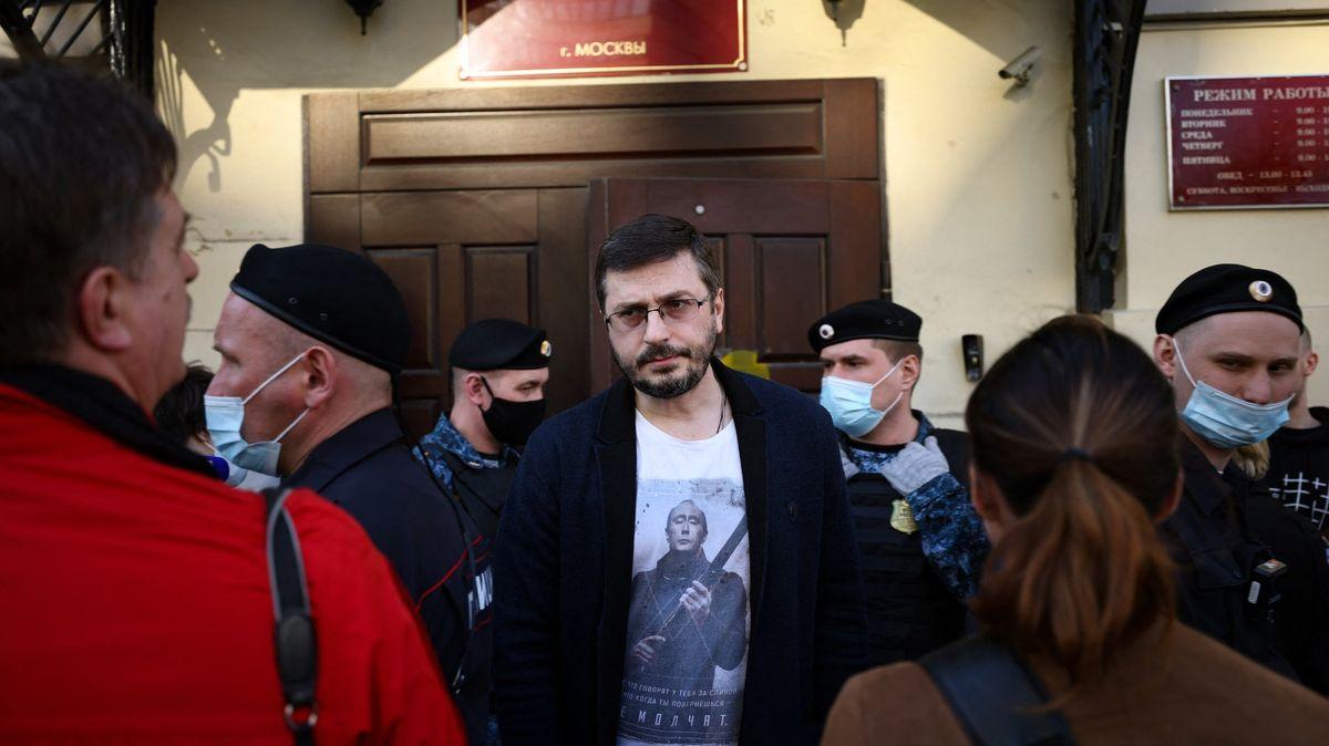 Domovní prohlídky a výslechy. Ruští novináři čelí dál šikaně úřadů
