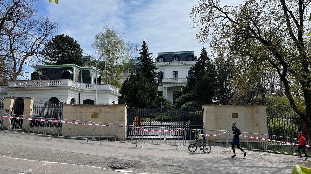 Trollí farma přímo na ruské ambasádě? Poznatky BIS po vyhoštění špionů
