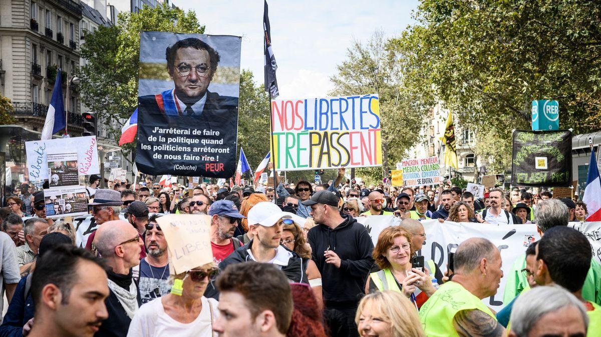 Francouzům vadí covidové pasy. Protestují proti nim už osmý víkend