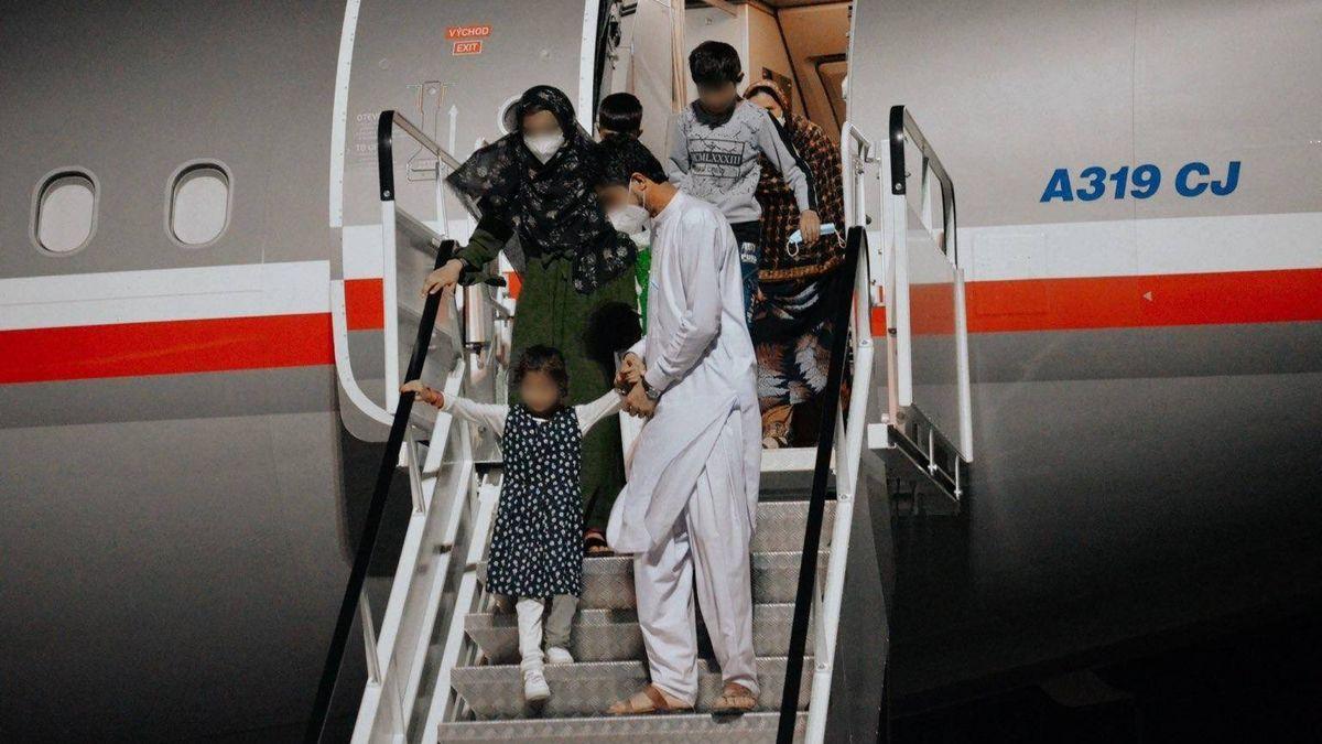 Afghánci se učí česky, ubytování je provizorní, ale děti jsou nadšené zhraček