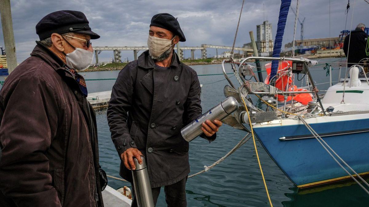 Argentinec přeplul Atlantik, aby mohl navštívit během pandemie své rodiče